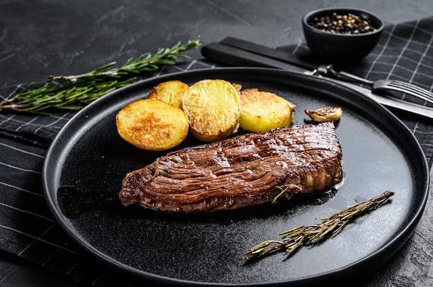 Steak de wagyu vieilli à sec au barbecue. fond noir. vue de dessus
