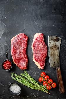 Steaks de bœuf assaisonnés crus picanha avec romarin, poivre et sel