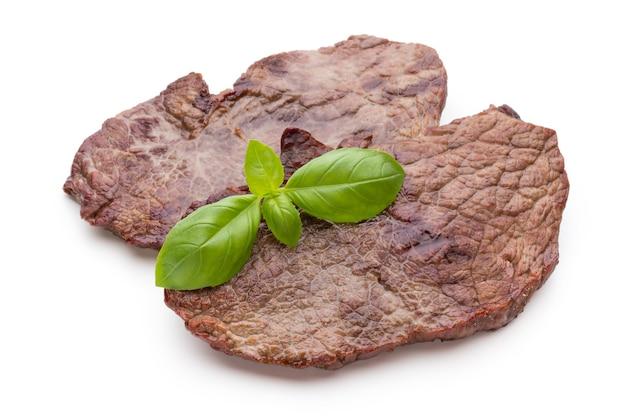 Steaks de boeuf bio grillés aux épices isolés sur fond blanc.