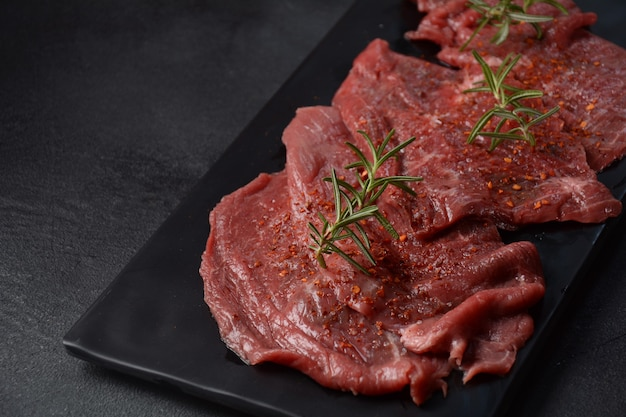 Steaks de boeuf cru aux épices et au romarin.