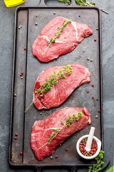 Steaks de boeuf crus aux herbes et épices