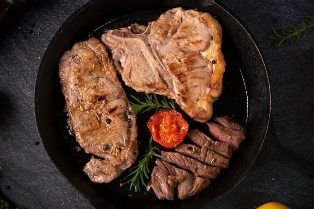 Steaks de bœuf grillé aux épices sur poêle noire