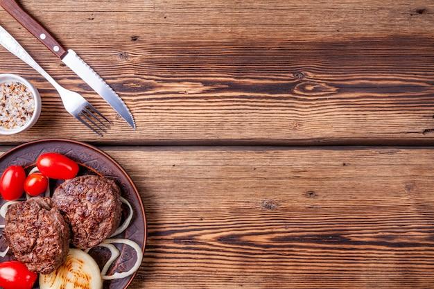 Steaks de bœuf grillés frais avec des légumes