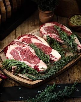 Steaks de faux-filet frais sur la table