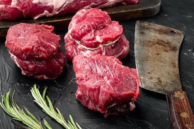 Steaks de filet de boeuf cru aux épices et ensemble de coupe de filet mignon marbré, sur pierre noire
