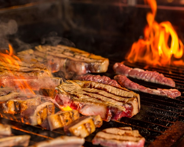 Steaks mi-grillés et mi-cuits sur le gril