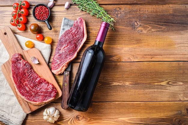 Steaks picanha sur vieux couperet de boucher américain avec assaisonnements