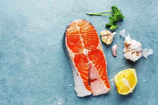 Steaks de poisson cru avec des ingrédients