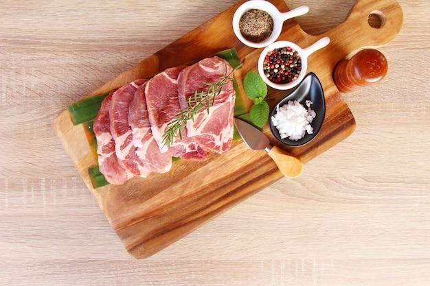 Steaks de porc cru avec du sel et du poivre
