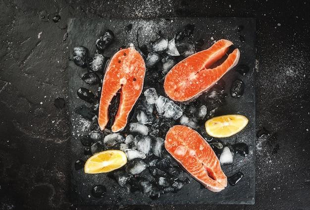 Steaks de saumon cru sur glace