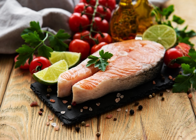 Steaks de saumon crus