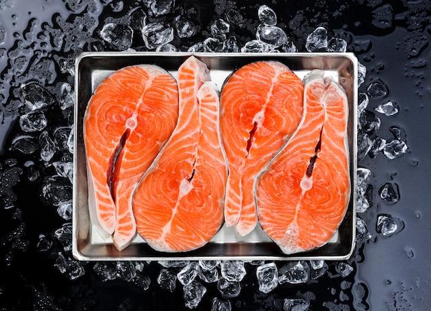 Steaks de saumon sur glace