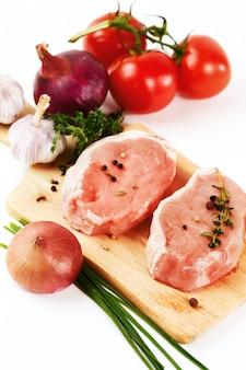 Steaks de viande de porc frais aux légumes