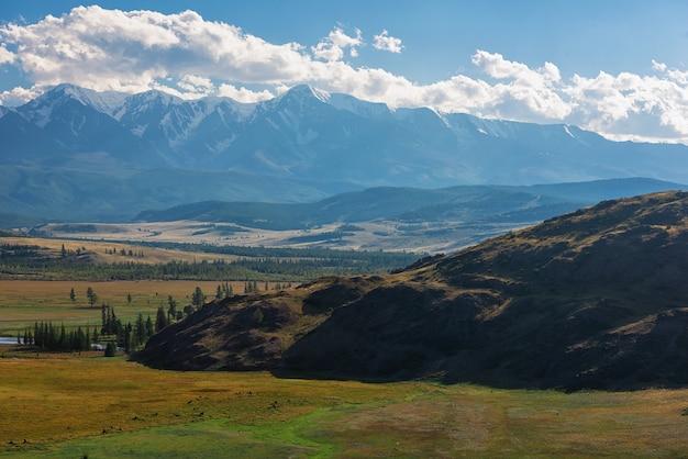 Steppe kurai et crête de northchui sur fond montagnes altaï russie