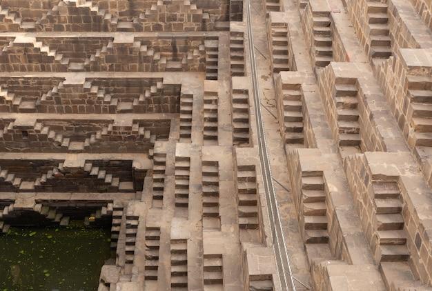 Stepwell chand baori situé dans le village d'abhaneri près de jaipur en inde.