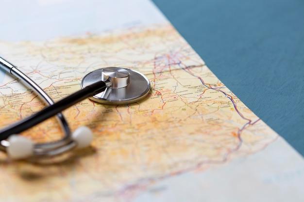 Stéthoscope à angle élevé sur la carte du monde