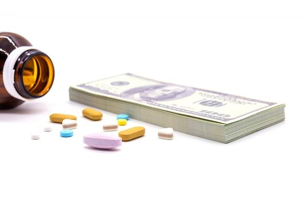 Stéthoscope avec banque en dollars et capsules de médicaments