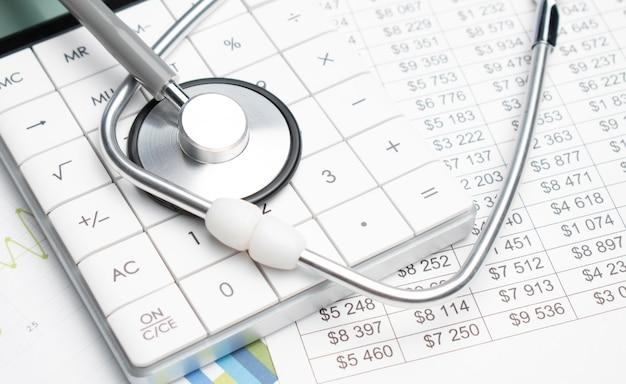 Stéthoscope et calculatrice. concept de frais de santé ou d'assurance médicale