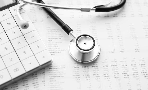 Stéthoscope et calculatrice. concept de frais de soins de santé ou assurance médicale