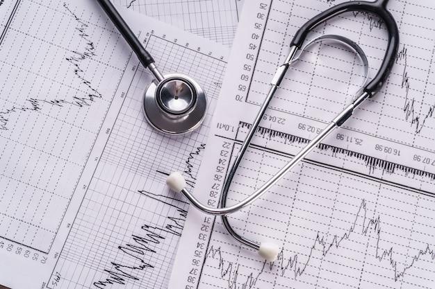 Stéthoscope et cardiogramme, concept médical.