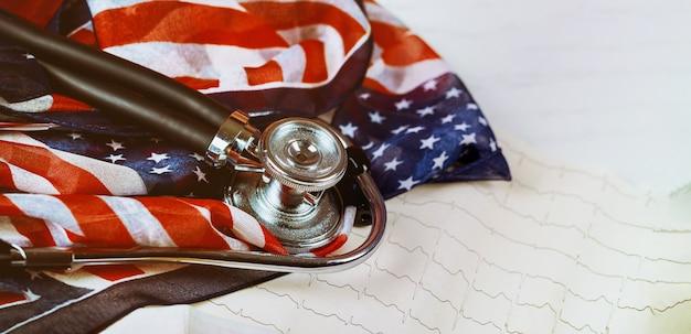 Stéthoscope et cardiogramme sur table drapeau américain