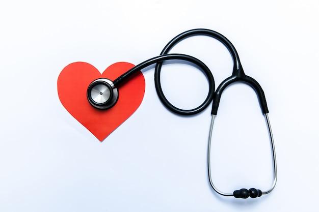 Stéthoscope et coeur sur fond blanc