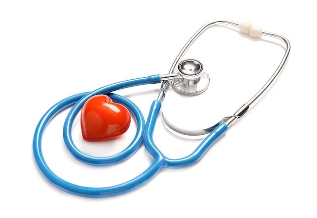 Stéthoscope et coeur rouge sur blanc.