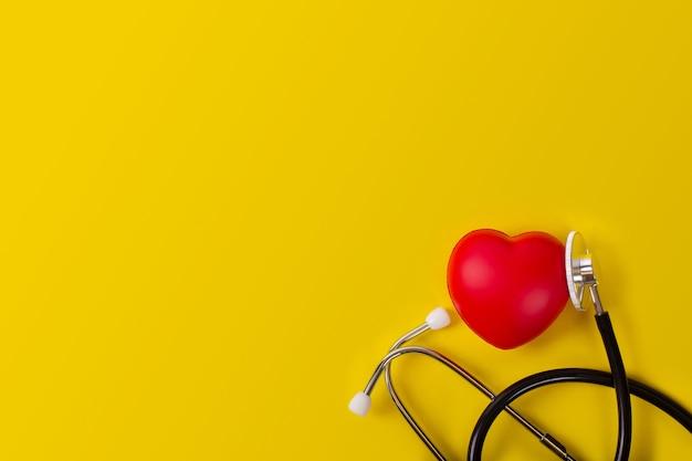 Stéthoscope avec coeur rouge isolé sur jaune