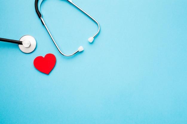 Stéthoscope et coeur vue de dessus avec copie espace
