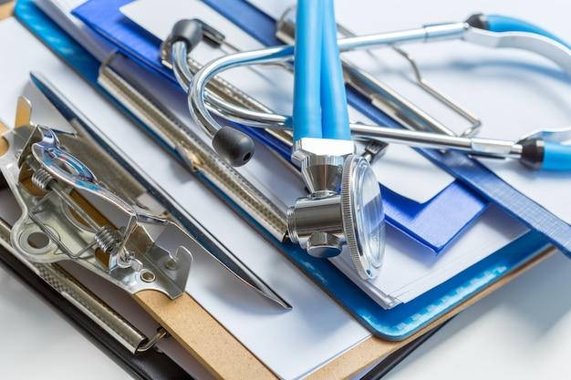 Stéthoscope couché sur un formulaire médical dans le presse-papiers