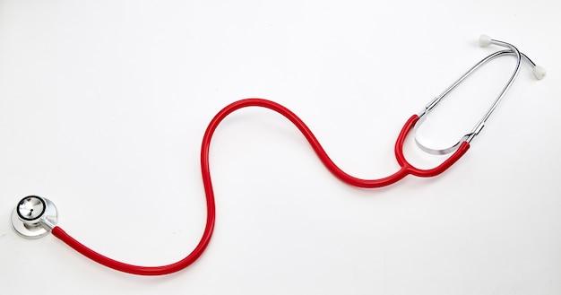 Stéthoscope courbé rouge sur blanc