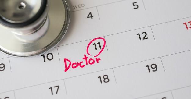 Stéthoscope avec date de page de calendrier, concept médical de rendez-vous chez le médecin