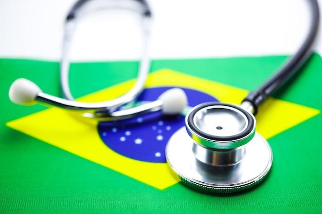 Stéthoscope sur le drapeau du brésil