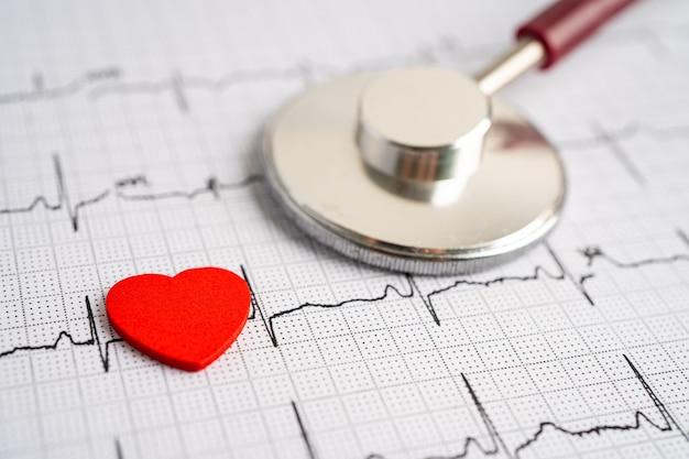 Stéthoscope sur électrocardiogramme (ecg) avec coeur rouge, onde cardiaque, crise cardiaque, rapport de cardiogramme.