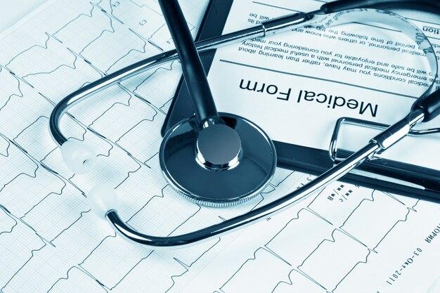 Stéthoscope sur l'électrocardiogramme graphique