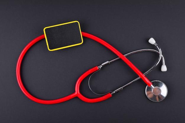 Stéthoscope sur fond noir avec texte. concept médical