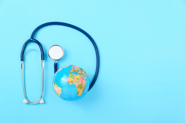 Stéthoscope et globe, concept de la journée mondiale de la santé