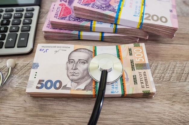 Stéthoscope hryvnia. frais médicaux. concept de paiement des soins de santé.