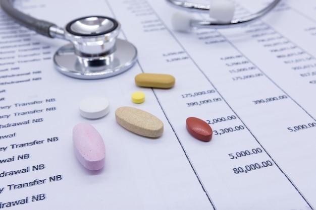 Stéthoscope et médecine sur fond de relevés bancaires, santé financière concept.