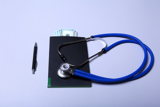 Stéthoscope médical et billet de banque