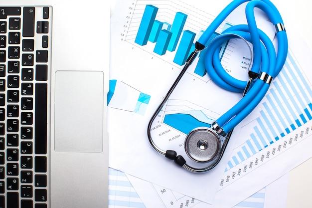 Stéthoscope médical sur clavier d'ordinateur