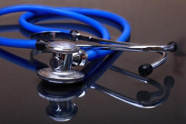 Stéthoscope médical isolé sur miroir sombre
