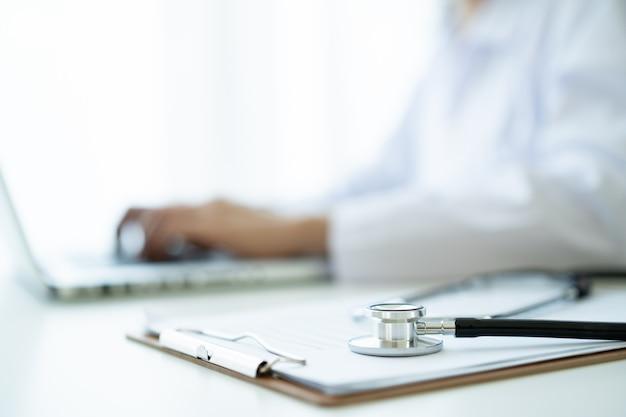 Stéthoscope médical laissé dans le cabinet du médecin à l'hôpital en gros plan avec espace de copie. concept de soins de santé et de services médicaux.