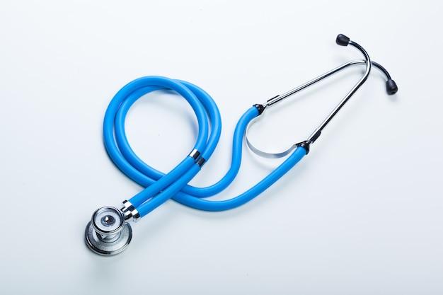 Stéthoscope médical ou phonendoscope isolé sur blanc