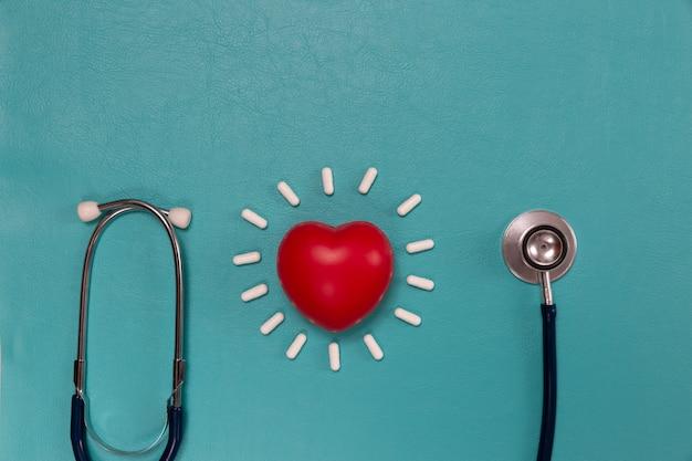 Stéthoscope médical et pilules sur bleu