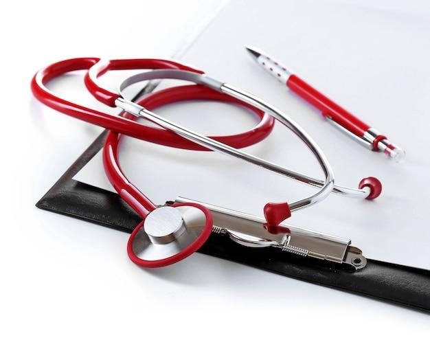 Stéthoscope médical avec presse-papiers isolé sur blanc