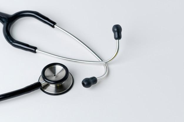 Stéthoscope médical sur une surface blanche