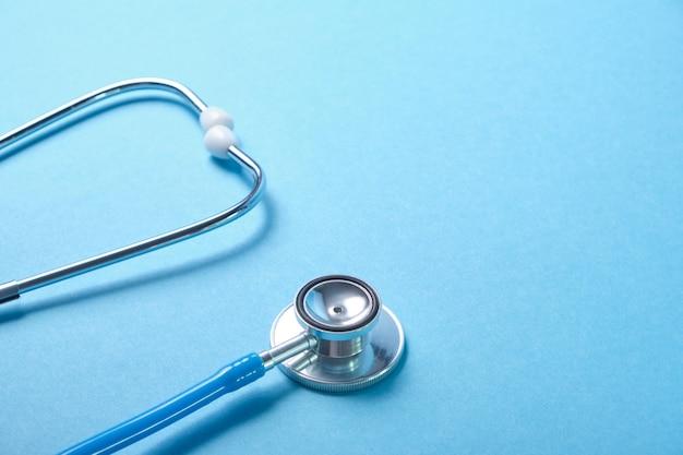 Stéthoscope médical sur surface bleue