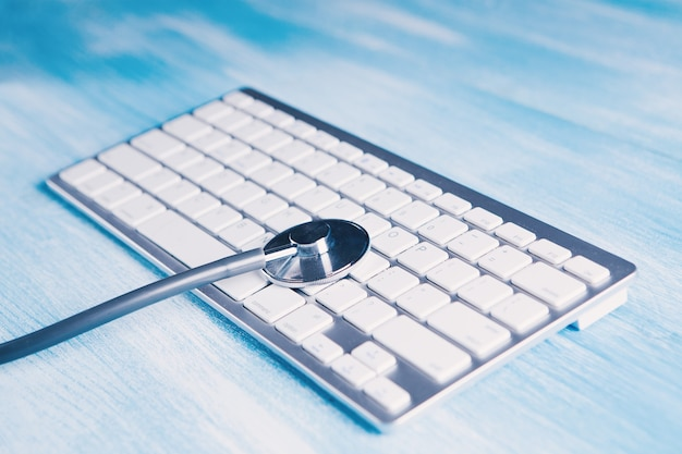 Stéthoscope noir sur clavier blanc