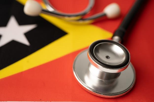 Stéthoscope noir sur fond de drapeau du timor oriental.